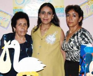 <u><b> 22 de mayo </u> </b><p> María Antonieta Medina de González en compañia de las organizadoras de su fiesta de regalos, Claudia Medina de Pérez y Socorro Frayre de Medina.