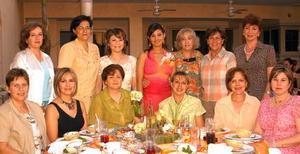 Lissette recibió sinceras felicitacitaciones de las invitadas a su despedida.