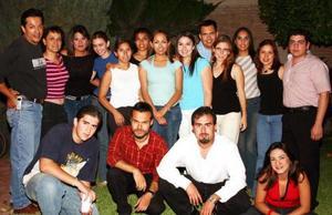 Macarena García Aguilar en compañía de sus amigos, en la fiesta de cumpleaños que se le ofreció en días pasados.
