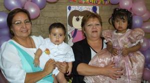 Pablo y Paola Muñoz Pérez acompañados de sus abuelitas, en el festejo que les ofrecieron por sus cumpleaños.