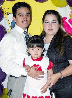 <u><b> 22 de mayo </u> </b><p> Verónica Alejandra Luna González en compañia de sus papás, Francisco Ricardo Luna Villa y Verónica Yolanda González Mejía.