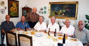 Francisco Ledesma Guajardo acompañado de Germán González, Salvador Álvarez, Luis Amarante, Roberto Villarreal, Manuel González y Zeferino Lugo, en el convivio que se le ofreció en dás pasados por su cumpleaños.