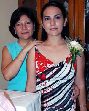 Diana Patricia Contreras Mejía acompañada de Martha Isabel aguilera, organizadora de su despedida de soltera.