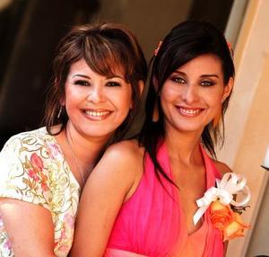 La festejada acompañada de su mamá, señora Laura Moreno de Díaz.