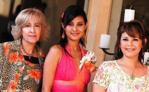 <u><b> 22 de mayo </u> </b><p> Lissette en compañia de las organizadoras de su despedida, Leticia Ancira de Leal y Laura Moreno  de Díaz.