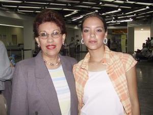 <u><b> 22 de mayo </u> </b><p> Rosario y Stefanía Cardia viajaron con destino a Italia para asistir a una graduación.