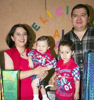 Los pequeños Daniel y alan Zurita Chávez acompañados de sus papás Daniel Zurita Pérez y Lilia M. Chávez de Zurita, en el festejo que les ofrecieron por sus respectivos cumpleaños.