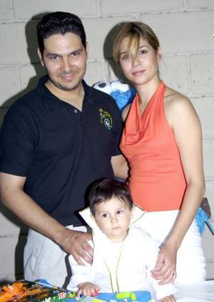 Luis Enrique Gallegos Gómez en compañia de sus papás, Alma Gómez y Álvaro Gallegos, en su fiesta de cumpleaños.