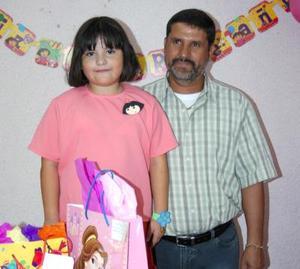 María Cristina Almaraz Martínez acompañada de su papá, Juan Almaraz, en la fiesta que le ofrecieron en días pasados.