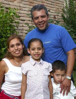 <u><b> 23 de mayo </u> </b><p> Silvana Gómez Gándara acompañada de sus papás, Juan Carlos Gómez, Laura Gándara de Gómez y de su hermano Juan, en el festejo de su cumpleaños.