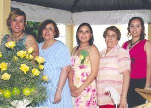 Ruth Graciela Espino Esquivel con las anfitrionas de su despedida de soltera, ana Catalina Martínez del Río, María catalina del Río de Martínez, graciela Esquivel de Espino y Jessica Espino Esquivel.