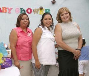 Adriana Ruiz de Solís disfrutó de una fiesta de canastilla organizada por las señoras Juana Jasso y guadalupe Sánchez.