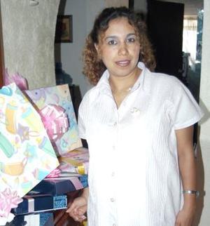 Dolores Canales de Barriada recibió numerosos obsequios, en la fiesta de regalos que le ofrecieron en días pasados.
