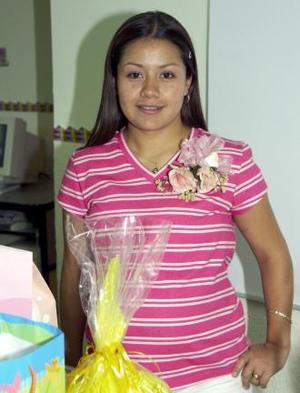 Karla Janeth García de López, capatada en la fiesta de canastilla que le ofrecieron por el próximo nacimiento de su bebé.