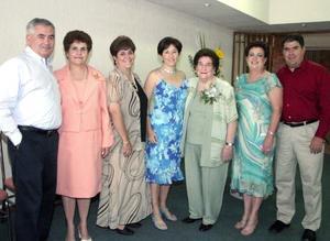 Asunción de Belausteguigoitia acompañada de sus hijos Íñigo, Asun, Amaya, Lourdes, Miren e Iñaki, en el festejo que le organizaron por sus 80 años de vida.