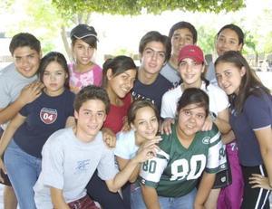 Alumnos de la secundaria La Luz del ITESM, en una fotografía con motivo del Día del Estudiante.