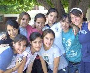 Ana Ortiz, Laura Ade, Gaby Gardea, Isabel Beuchot, Michell Mendoza, Ale Miranda, Elisa Cuatri y Gaby Rubio, en la secundaria La Luz del ITESM.
