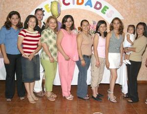 Claudia Rodríguez de Manzo, rodeada de algunas de las invitadas a su fiesta de canastilla.