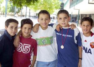 Damián Borboglio, Andrés Pámanes, Alfonso Arriaga, Daniel Morales y Ricardo Morroquín, estudiantes del colegio Inglés.