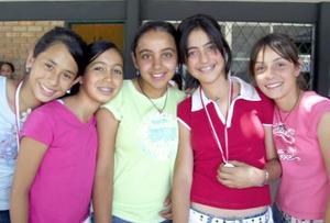 Felicidades en el Día del Estudiante a Bárbara, Scarlet, Cecilia, Bedía, Lorena, del colegio Inglés.