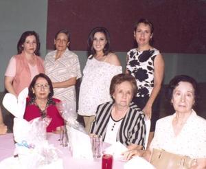 Georgina Solorio de Olazábal, acompañada por algunas asistentes a su fiesta de regalos.