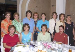 Integrantes del Club de Jardineria La Rosa en compañía de Rosa María de Férnandez, socia visitante de la ciudad de Tampico y de Elisa de Morales, actual presidenta de Clubes de jardinería del Estado de Coahuila.