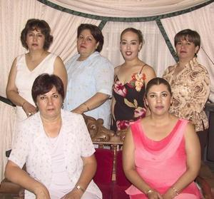 Yasmín Rubio Robles, acompañada de algunas asistentes a su despedida de soltera.