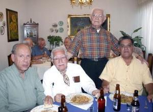 Francisco Ledesma Guajardo acompañado de Eldemiro Leal, Emilio  Herrera Muñoz y Miguel Ruiz Castro, en su festejo de cumpleaños.