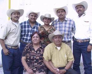 Francisco Cano Chavarría y Evangelina Garza de Cano en compañia de sus hijos Salvador, Juan Enrique, Francisco, Josefina y Óscar Cano, en pasado festejo familiar.