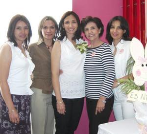 Imelda Vargas de Babrikowski acompañada de María del Rosario Contreras, Rosario, Irene y Rocío Vargas, anfitrionas de su fiesta de regalos, con motivo del próximo nacimiento de su bebé.