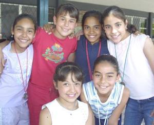 <u><b> 25 de mayo </u> </b><p> María Cuéllar, Andrea Covarrubias, Cecy Vera, Carla González, Adriana González y Salma Gutiérrez, en una fotografía con motivo de Día del Niño.