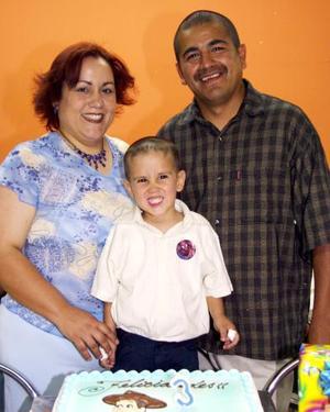 Jesús Miramontes Ortiz en compañia de sus papás, Brenda Ortiz Benito y Fabián Miramontes Castruita, en el festejo que le ofrecieron por su cumpleaños.
