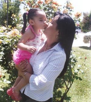 María Fernanda Ramos Sánchez, en compañia de su abuelita Mayela Mendoza Ochoa, en reciente festejo familiar.