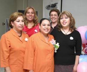 <u><b> 24 de mayo </u> </b><p> Véronica Leyva con las anfitrionas de su fiesta de canastilla, Jovita Herrera, Graciela Sifuentes, Marina Carrillo y Mayra Zamora.