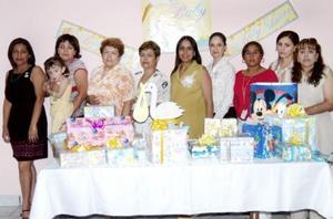María Antonieta Medina de González, acompañada de algunas de las asistentes a su fiesta de regalos.