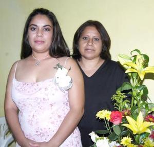 Claudia González Vega en compañia de Mary Paz Vega de González, organizadora de su despedida de soltera.