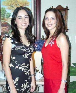 <u><b> 26 de mayo </u> </b><p>  Katia Carrete Montes y María Fernanda Ortiz Woolfolk, captadas en la despedida de solteras que se les ofreció por sus respectivos matrimonios.