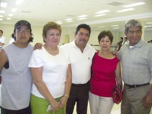 A los Ángeles viajaron Jorge y Carmen Barajas y fueron despedidos por Carlos, Gloria y Armando Barajas.