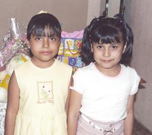 <u><b> 26 de mayo </u> </b><p> Raquel Espinoza Martínez junto a su prima Paty Martínez, en el festejo de cumpleaños que le ofreció su mamá, Guadalupe Martínez.
