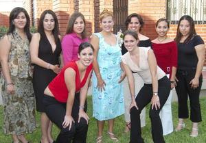 Gabriela del Carmen Savedra López acompañada de sus amigas, en la despedida de soltera que se le ofreció en días pasados.
