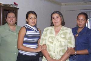 <u><b> 27 de mayo </u> </b><p>  Elsa Rojas de Silva acompañada de sus hijas Verónica, Patricia y Saira, en el convivio que le ofrecieron en días pasados por su cumpleaños.