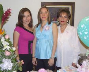 <u><b> 28 de mayo </u> </b><p> María Luisa Willy de Otto en companía de María Luisa Ramos de Willy  y Berenice Willy Ramos, en la fiesta de canastilla que le ofrecieron por el próximo nacimiento de su bebé.