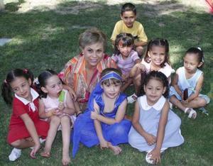 Andrea Zermeño Velarde en compañia de su abuelita Blanca Rosa Rodríguez de Velarde y de sus amiguitos del colegio.