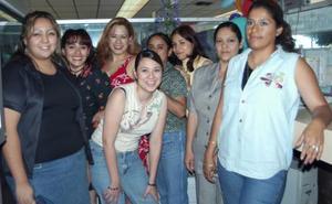 Jenny Salcedo acompañada por sus compañeras de trabajo, en el convivio que le ofrecieron por su cumpleaños.