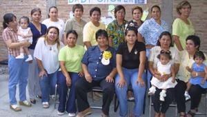 <u><b> 28 de mayo </u> </b><p> Rosario Pérez de Chávez, acompañada de algunas de las asistentes a su fiesta de regalos.