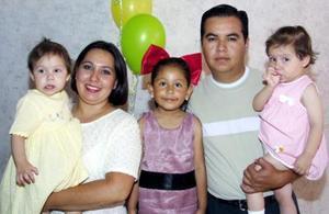 Ana Sofía Mendoza acompañada de sus papás, Luis Antonio Cuéllar Pérez y Luz Elisa Mendoza de Cuéllar y de sus hermanitas Luisa Fernanada y Luz Elisa, en la fiesta de cumpleaños que le ofrecieron en días pasados.