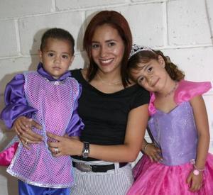 Bibian Dacarett Martínez en compañía de su mamá, Ana Laura Martínez y de su hermano Juan Carlos, en la fiesta de cumpleaños que le ofrecieron.
