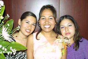 Heidi Consuelo Villarreal Espinoza acompañada de sus hermanas, Aranzazú e Hilda Villarreal, en su despedida de soltera.