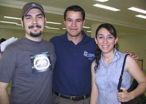 Isaías Millán viajó a Inglaterra y fue despedido por Rocío Quiroga y Marcelo Sifuentes.