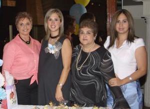 Lulú Guerra de Quintero con las organizadoras de su fiesta de regalos, Lulú de Guerra, Lolis Guerra Tena y Ana María Guaridi de Quintero